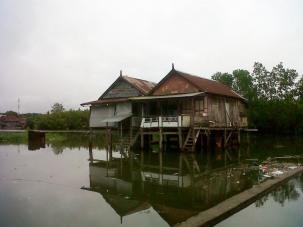 Salah satu rumah warga di Kampung Baru, Antang, yang dikelilingi luapan air/Ft: Mahaji Noesa